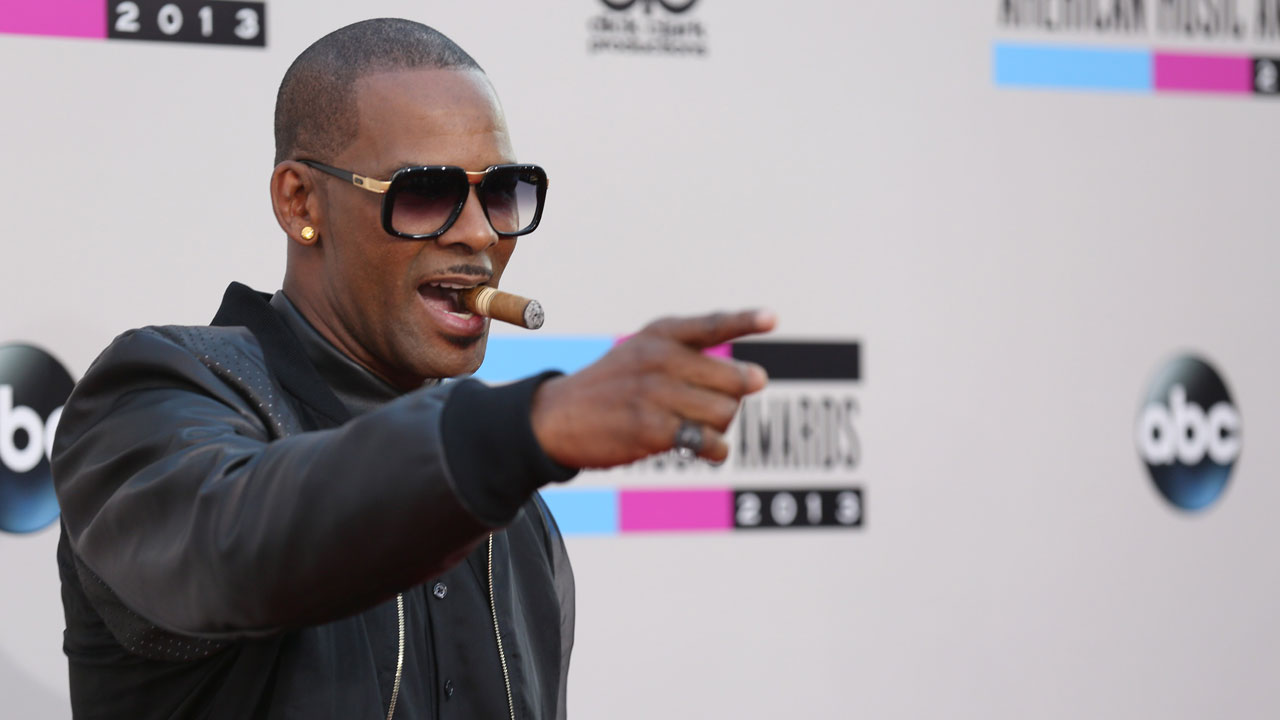 R Kelly arrives at the 2013 American Music Awards, on Sunday, Nov. 24, 2013 in Los Angeles.