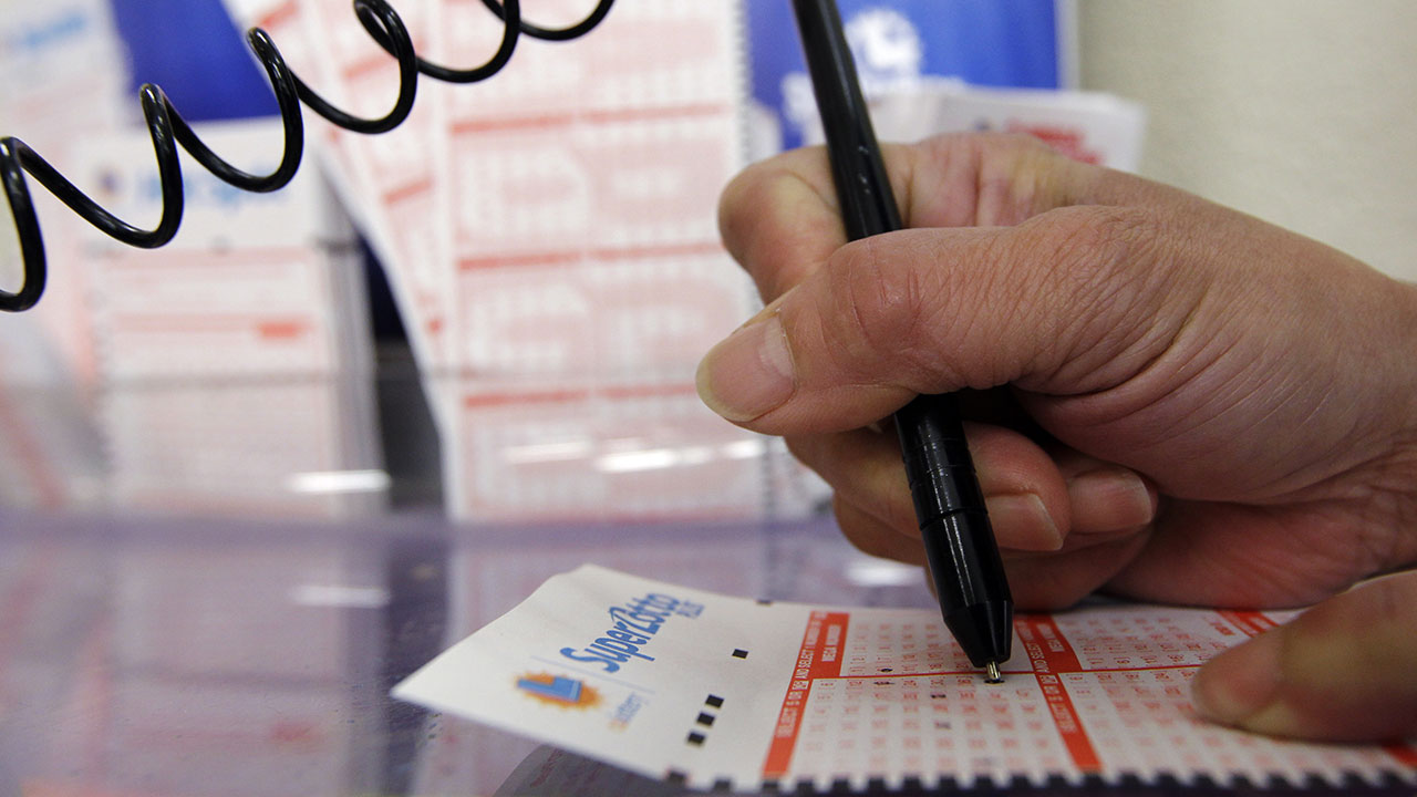 A customer fills out a Super Lotto ticket.