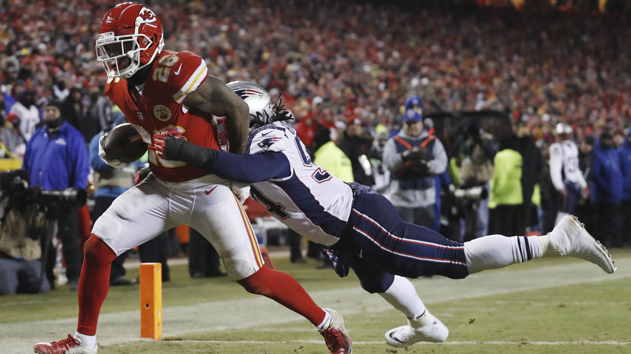 Kansas City Chiefs running back Damien Williams makes a touchdown reception against New England Patriots outside linebacker Donta Hightower during the AFC Championship game.