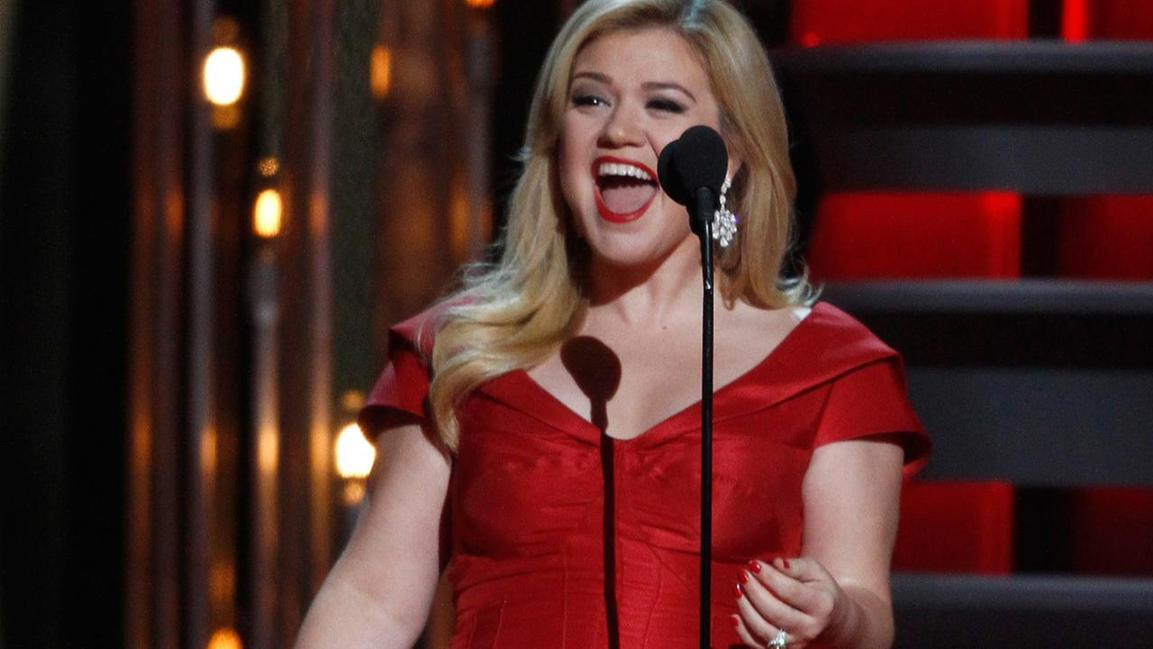 Kelly Clarkson presents the award for male vocalist of the year at the 47th annual CMA Awards at Bridgestone Arena on Wednesday, Nov. 6, 2013, in Nashville, Tenn.
