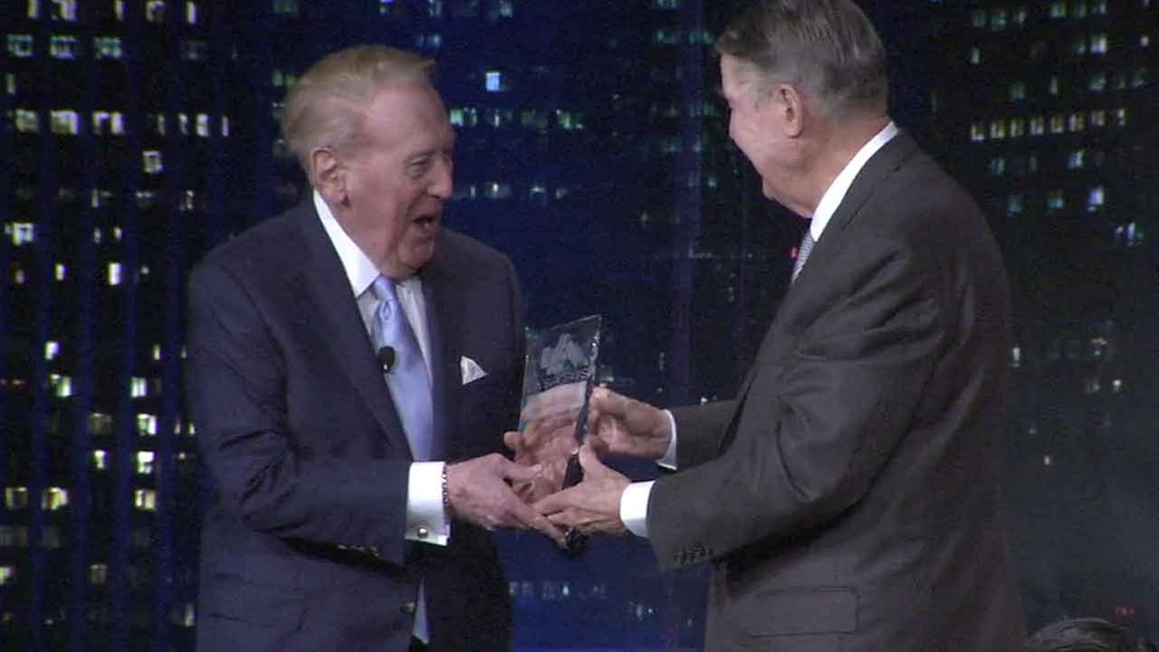 Former Dodgers President Peter OMalley (right) presents legendary Dodgers broadcaster Vin Scully (left) with a lifetime achievement award from the Los Angeles Sports Council.