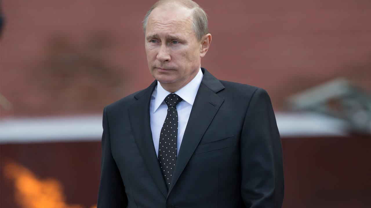 Russian Vladimir Putin takes part in a wreath laying ceremony at the Tomb of the Unknown Soldier outside Moscows Kremlin Wall, in Moscow, Russia, Sunday, June 22, 2014.