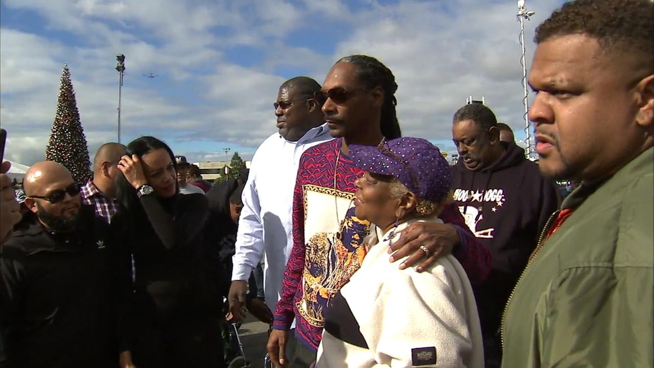 Snoop Dogg teamed up with the city of Inglewood to give away free turkeys to those in need at the Forum.