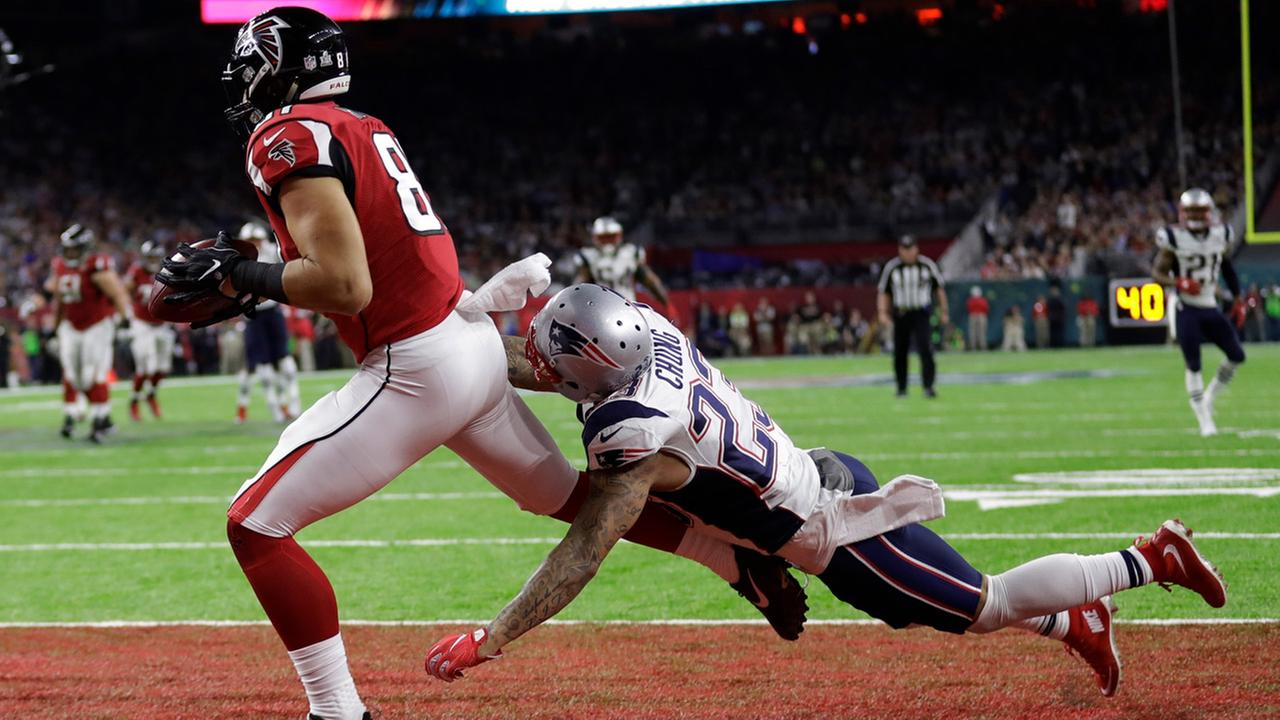 Atlanta Falcons Austin Hooper catches a touchdown pass ahead of New England Patriots Patrick Chung during the first half of Super Bowl 51 on Sunday, Feb. 5, 2017.