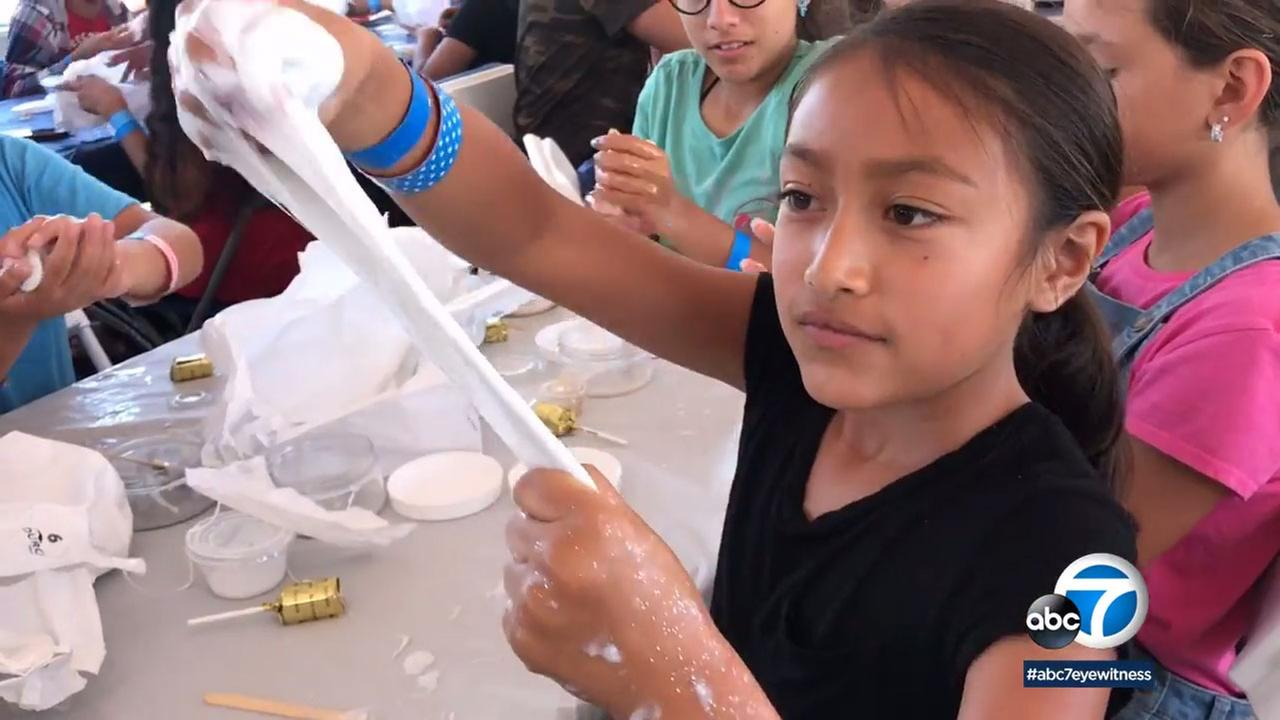 When 933 people recently showed up to make slime in Carson, they set a Guiness world record.
