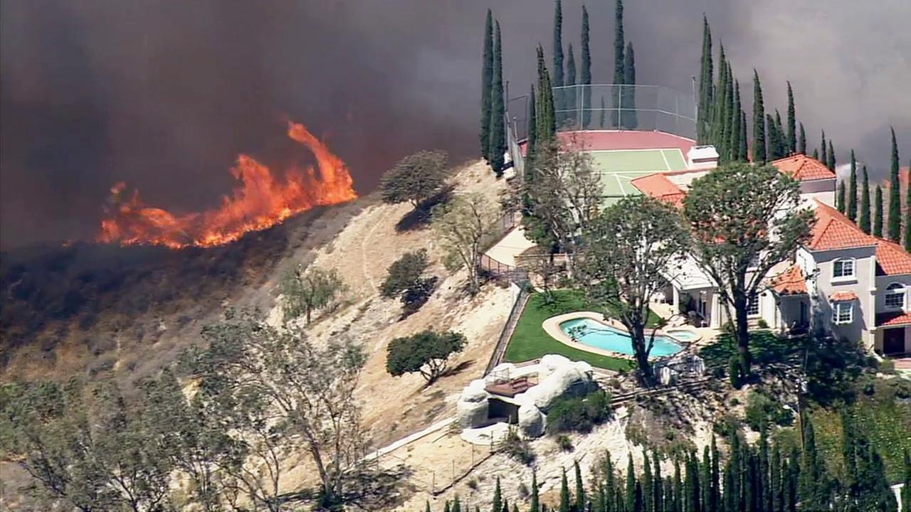 Brush fire threatens homes in granada hills - Los angeles granada ...