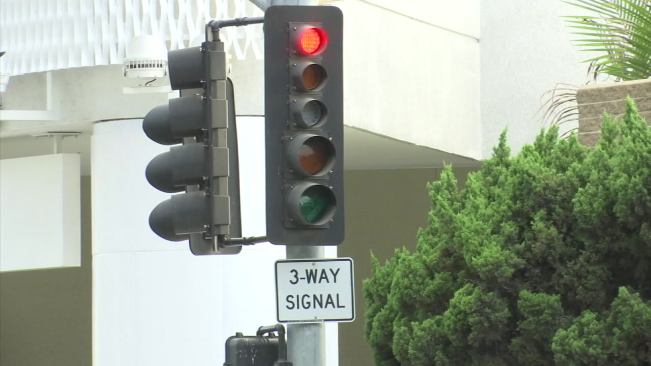 A stoplight is shown in a photo.