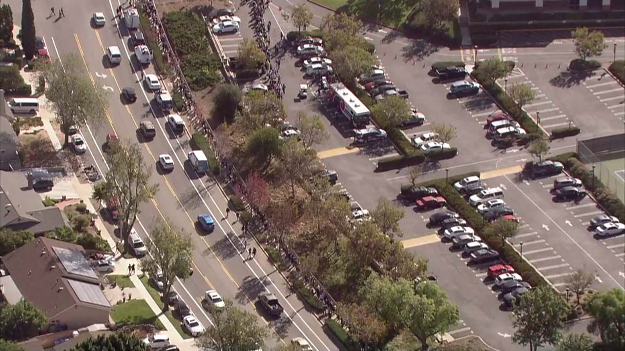 Hundreds of people lined up Thursday to donate blood to support the victims of the Thousand Oaks massacre.