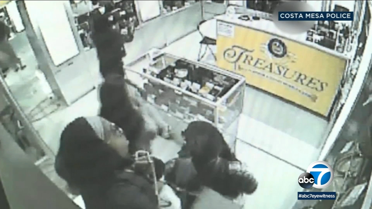 Purse-snatching suspects are shown taking the items in a brazen robbery at a Costa Mesa store.
