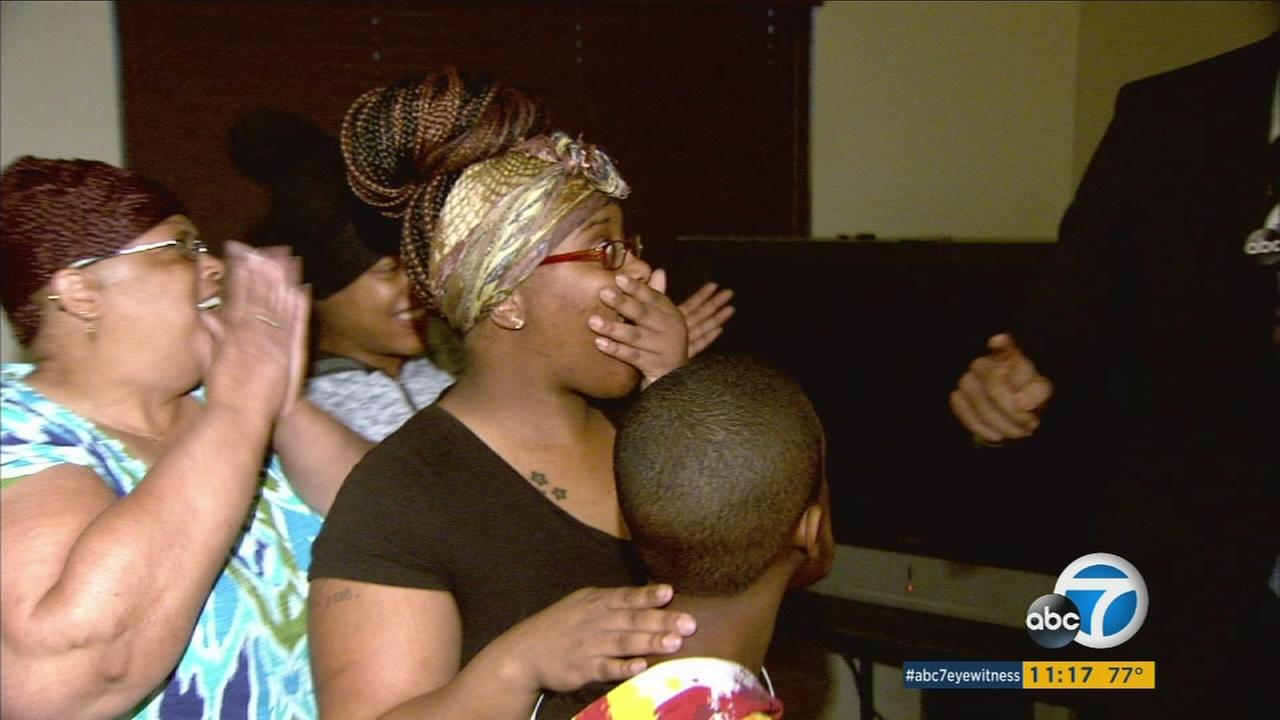 Jawana Bowman is shocked to find out she won $10,000 in Mathis Brothers furniture via the ABC7 Pay It Forward series.