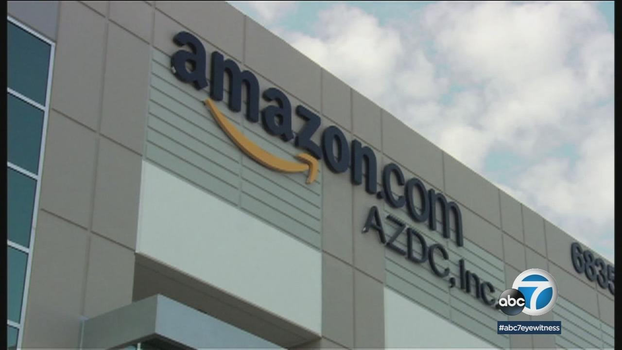 The online retail store Amazon is in talks with big banks about creating a checking account for its customers.