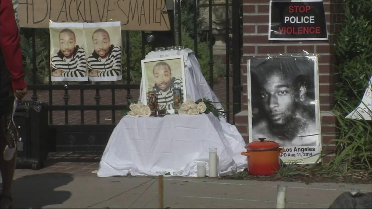 A group protesting the shooting death of Ezell Ford remained outside Mayor Eric Garcettis home on Monday and confronted him when he tried to leave.
