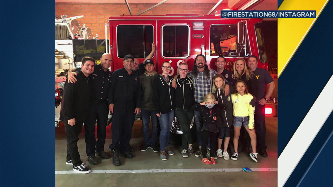 Foo Fighters frontman Dave Grohl took the time to show his appreciation to firefighters battling the Woolsey Fire Monday night.