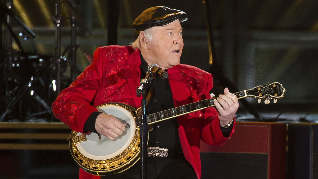 Roy Clark performs at the 50th annual CMA Awards at the Bridgestone Arena on Wednesday, Nov. 2, 2016, in Nashville, Tenn.