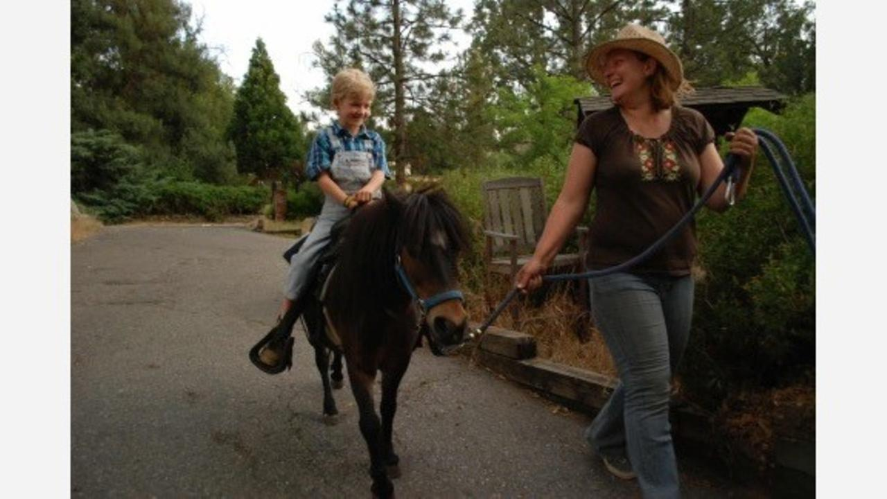 Oakhurst family gives free Christmas pony rides for kids in need