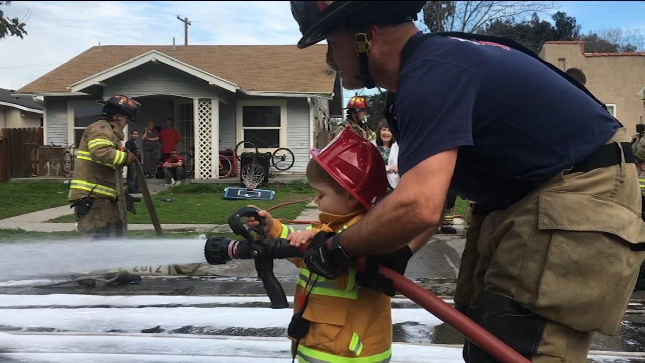 Toddler helps Fresno firemen responding to call in neighborhood