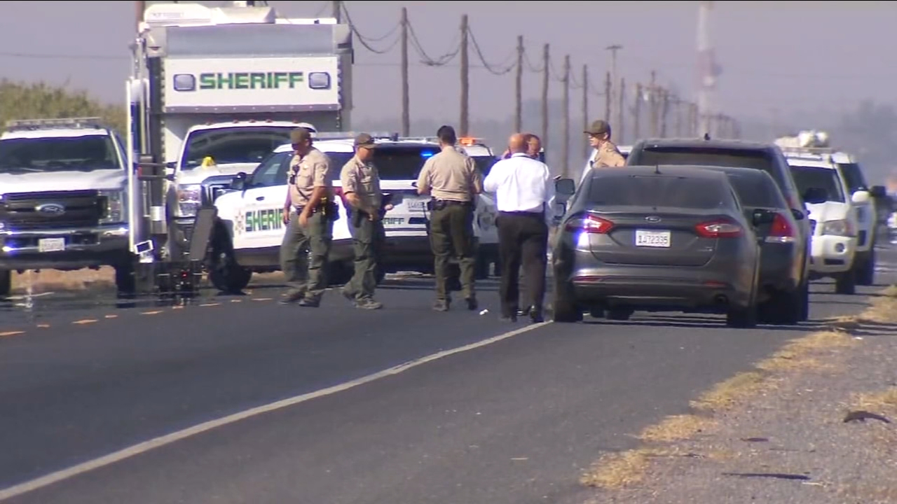 Tulare County Sheriffs Office detectives are searching for suspects following a fatal shooting just west of Lindsay that left one man dead and one woman injured.
