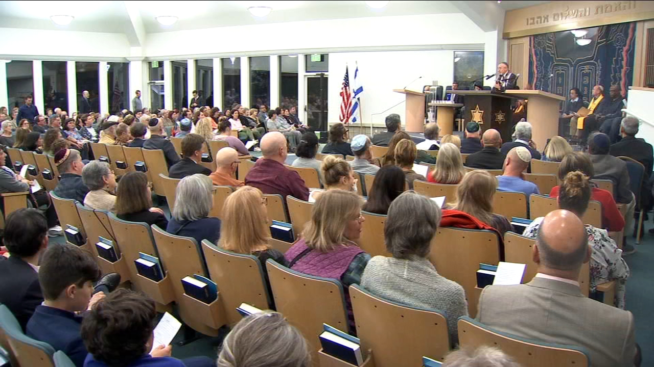 An interfaith gathering, honoring the victims of Saturdays Pittsburgh Synagogue shooting, drew hundreds to North Fresno Tuesday night.