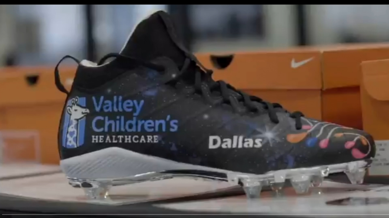 Derek Carr will wear Valley Childrens custom cleats during Sundays game
