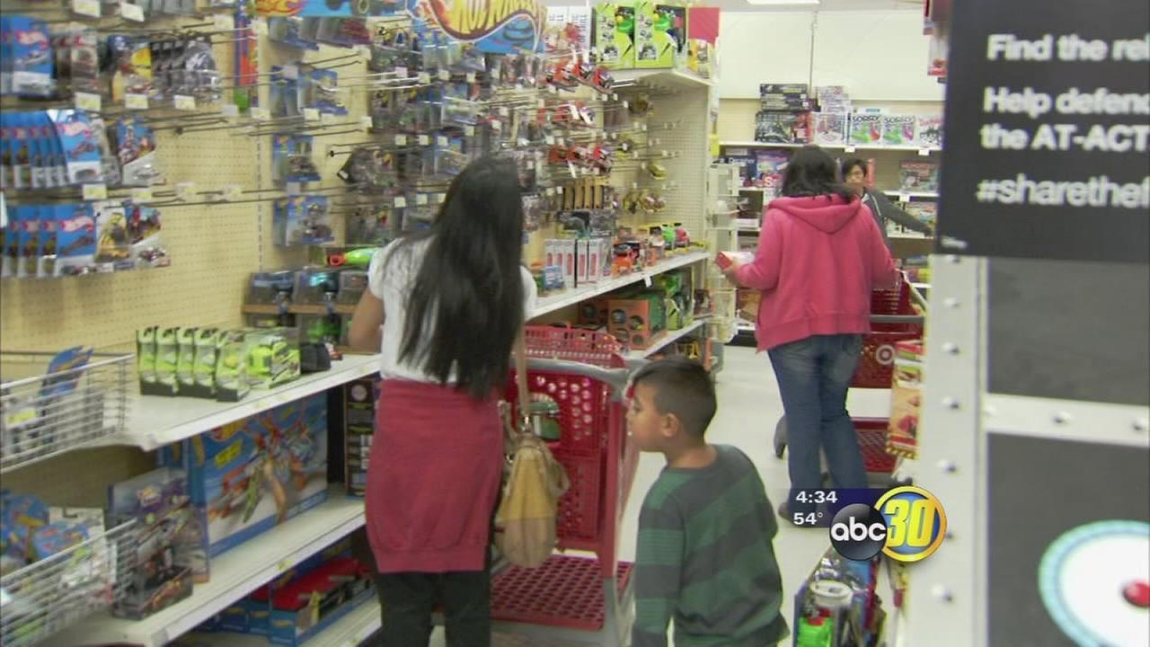 Survey  shoppers still shopping for last minute Christmas gifts