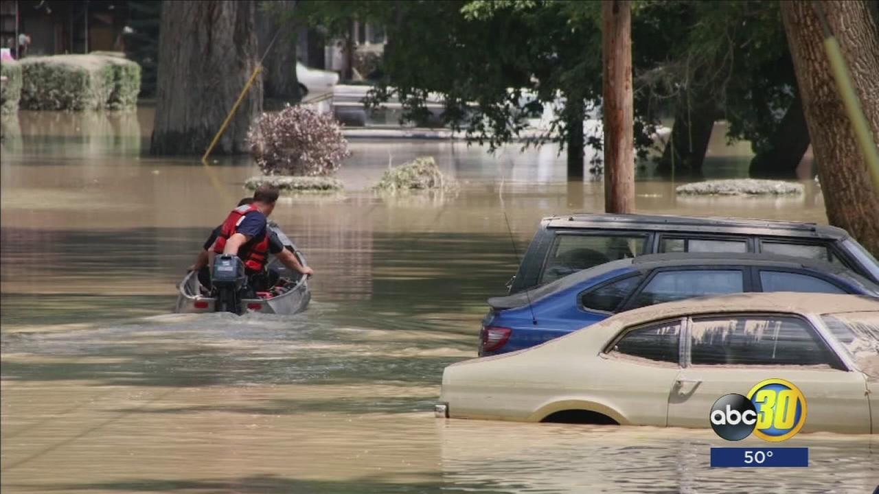 111217-kfsn-11p-flood-damage-car-vid_1