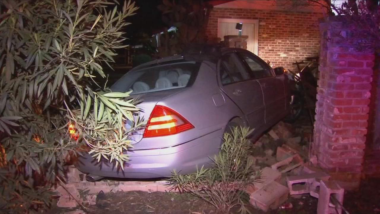 Suspect gets away after chase that ends in crash in Northwest Fresno