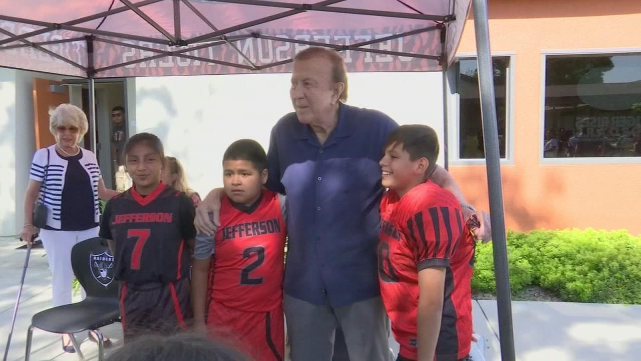 Tom Flores, NFL great, visits Sanger schools