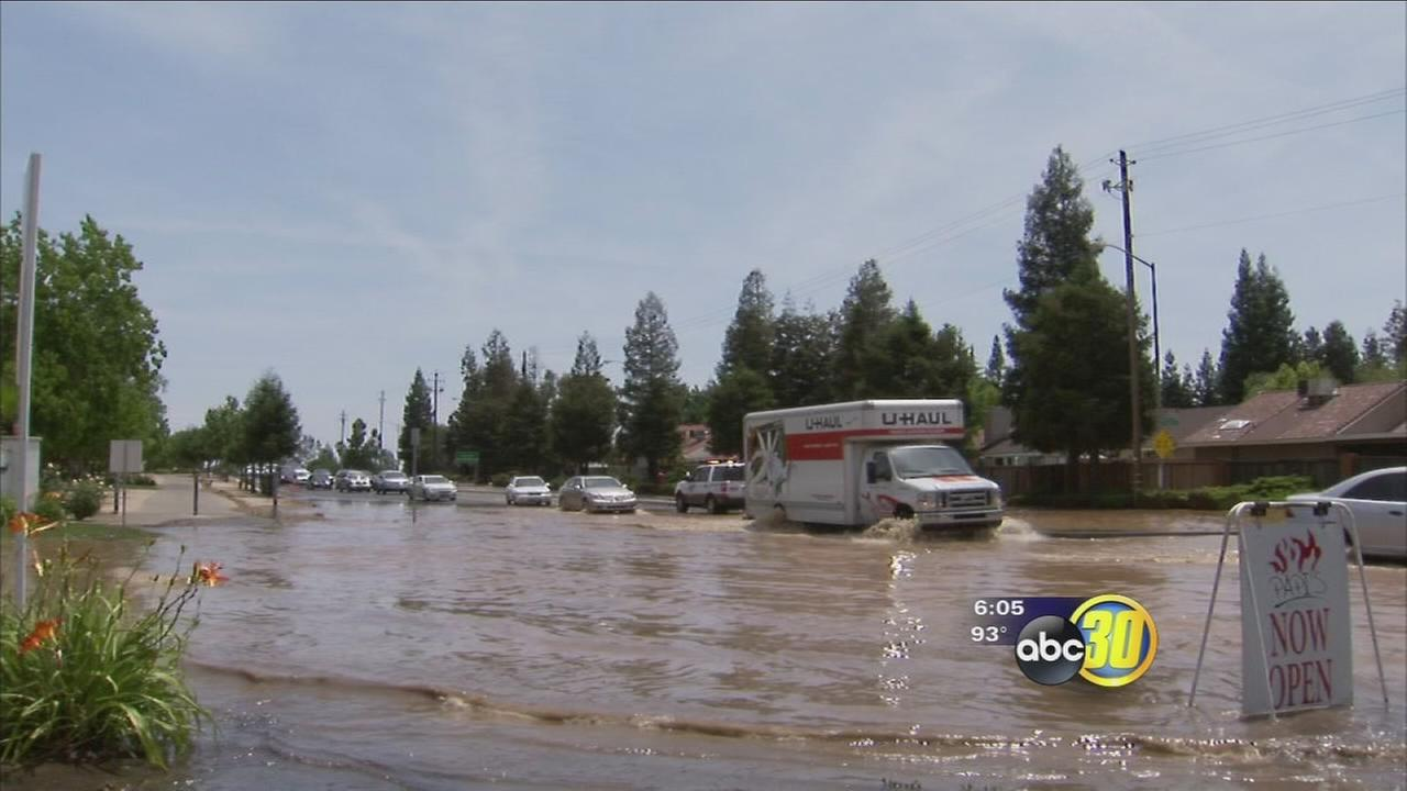 Broken water main floods Northeast Fresno intersection