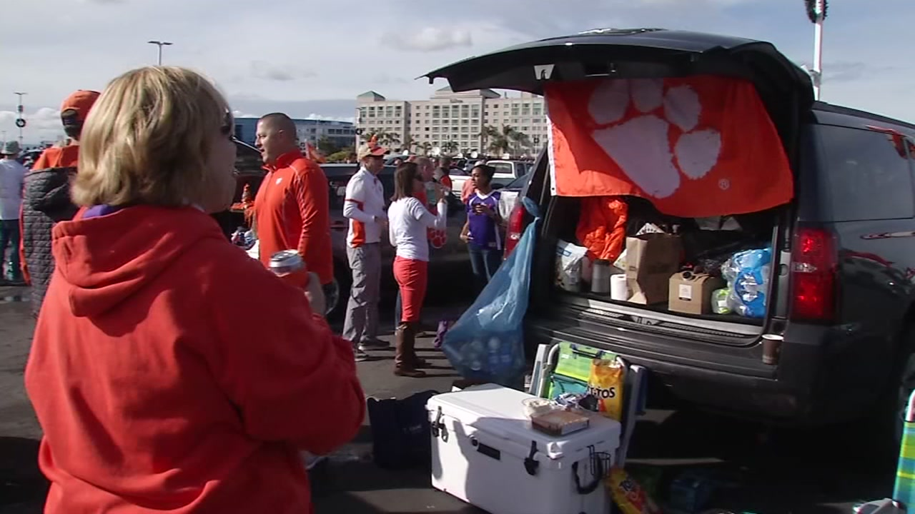 Before the big game started fans engaging in that time-honored tradition of tailgate parties.