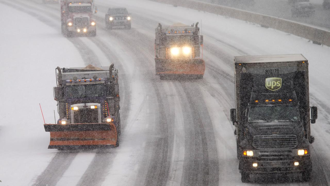 Snow plows and traffic make their way north along Interstate 95 as snow begins to fall in Ashland, Va., Friday, Jan. 22, 2016. (AP Photo/Steve Helber)