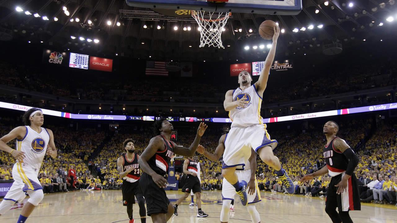 Warriors Klay Thompson drives to the basket next to Trail Blazers Ed Davis during Game 2 of the second-round of NBA Playoffs on May 3, 2016, in Oakland, Calif. (AP Photo)