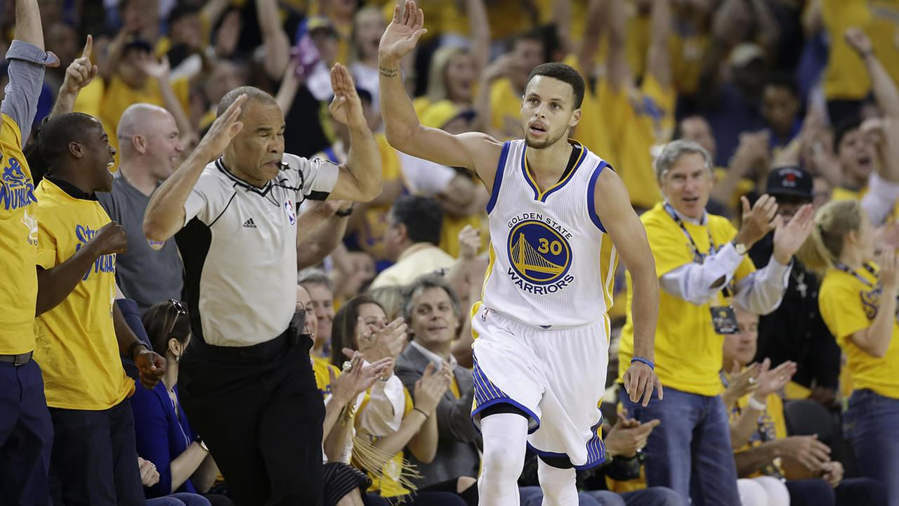 Warriors Stephen Curry gestures after scoring against Thunder during Game 7 of the NBA basketball Western Conference finals in Oakland, Calif., on May 30, 2016. (AP Photo)