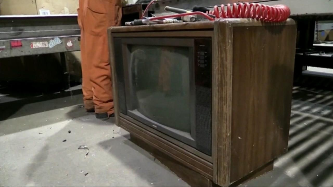 Recycling worker finds $100,000 inside TV set
