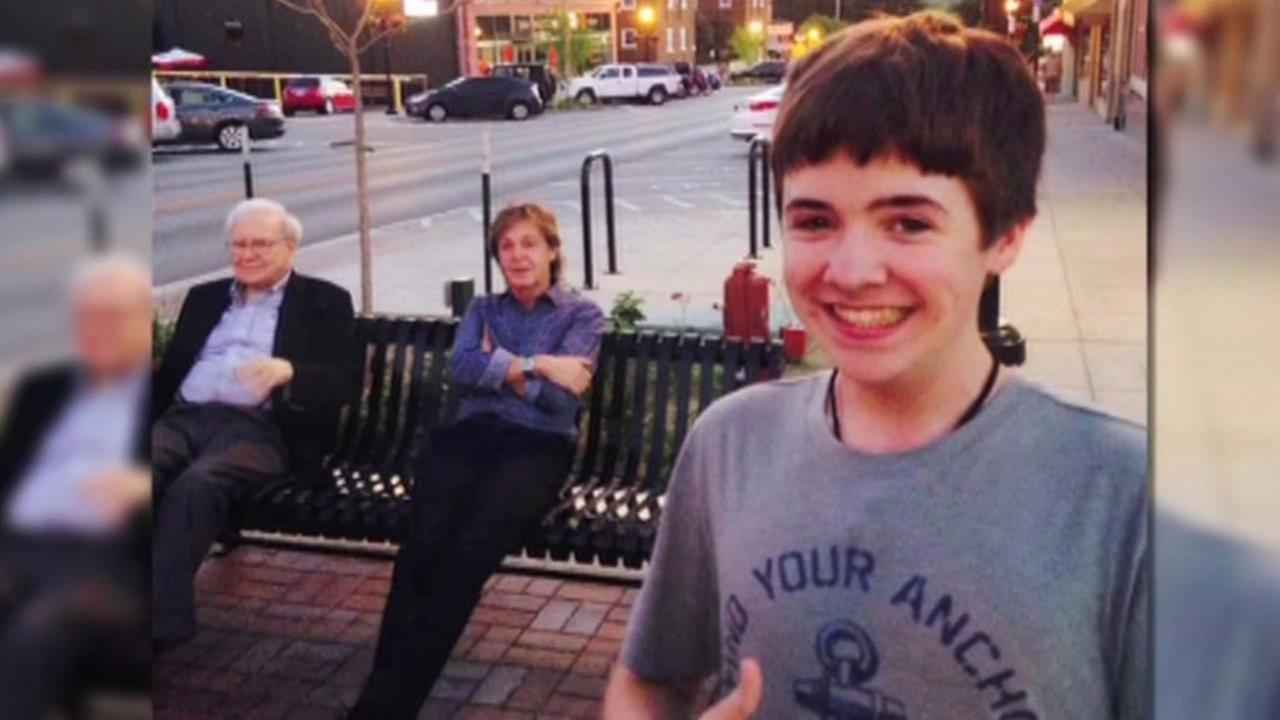 Paul McCartney & Warren Buffett 'Come Together' in teen's incredible selfie
