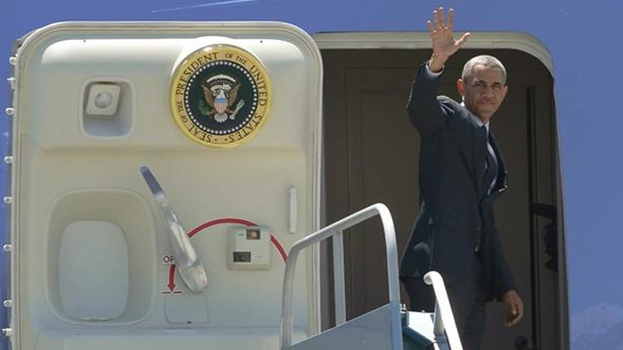 Pres. Obama boards Air Force One at SFO.