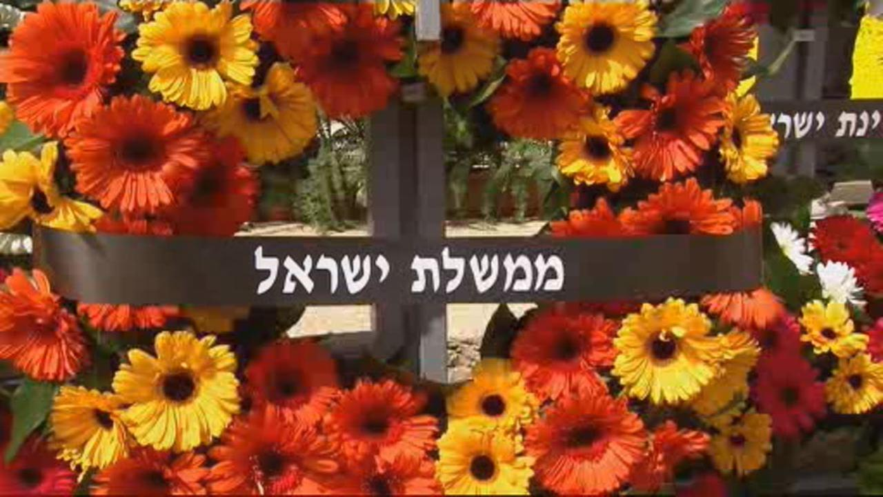 This image shows wreath on display during Holocaust Remembrance Day in Jerusalem on April 12, 2018.