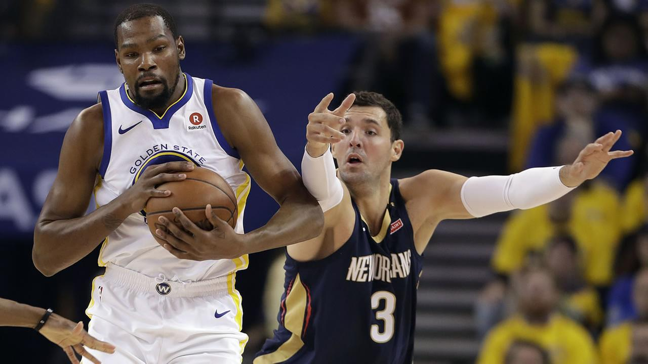 Golden State Warriors Kevin Durant, left, is defended by New Orleans Pelicans Nikola Mirotic during Game 5 Tuesday, May 8, 2018, in Oakland, Calif.