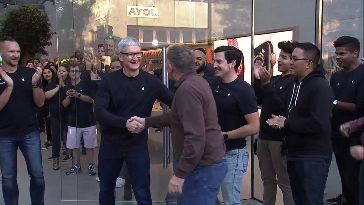 Tim Cook greets customers at the Apple store in Palo Alto on Friday, August 21, 2018.