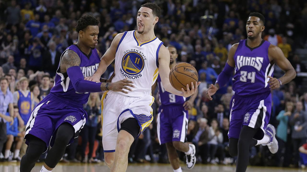Golden State Warriors Klay Thompson (11) prepares to pass away from Sacramento Kings Ben McLemore,