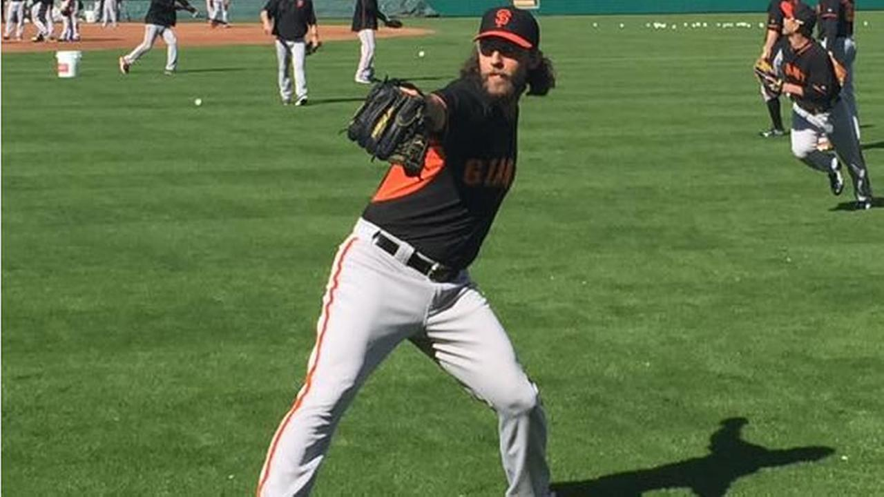 Hunter Pence spoke to his Giants teammates before their first full squad workout on Tuesday, Feb. 24, 2015.