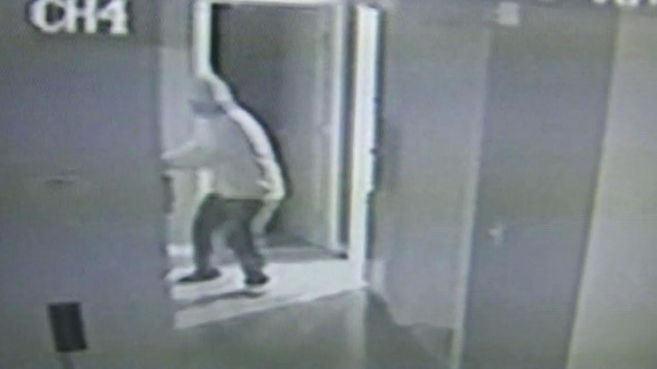 Surveillance cameras capture thief trying to open a bedroom door