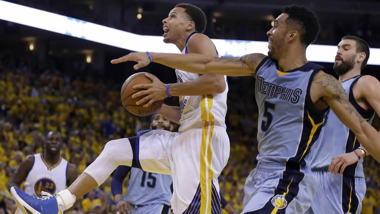Warriors guard Steph Curry shoots against Grizzlies guard Courtney Lee during the second half of Game 2 in an NBA playoff basketball series in Oakland, Calif., Tues., May 5, 2015.