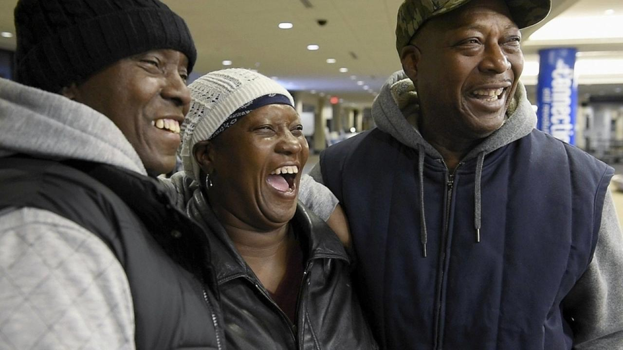 Juanita (center) reunited with her family after 25 years. | Photo: Miracle Messages/Facebook