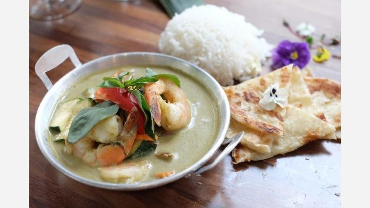 Green curry with roti. | Photo: Lapisara Eatery/Yelp