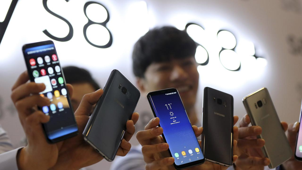 Models pose with Samsung Electronics Galaxy S8 and S8+ smartphones during a media day in Seoul, South Korea, Thursday, April 13, 2017.