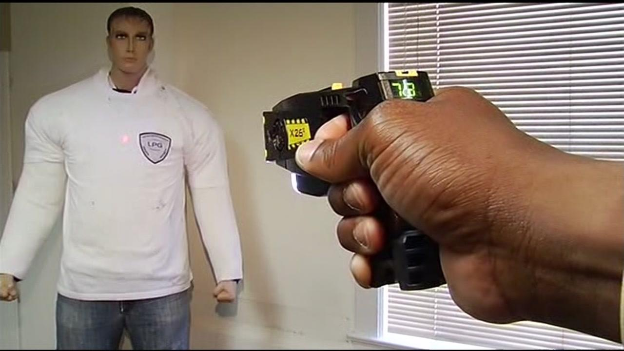 A police officer points a taser at a training dummy in San Francisco, Calif. on June 21, 2017.