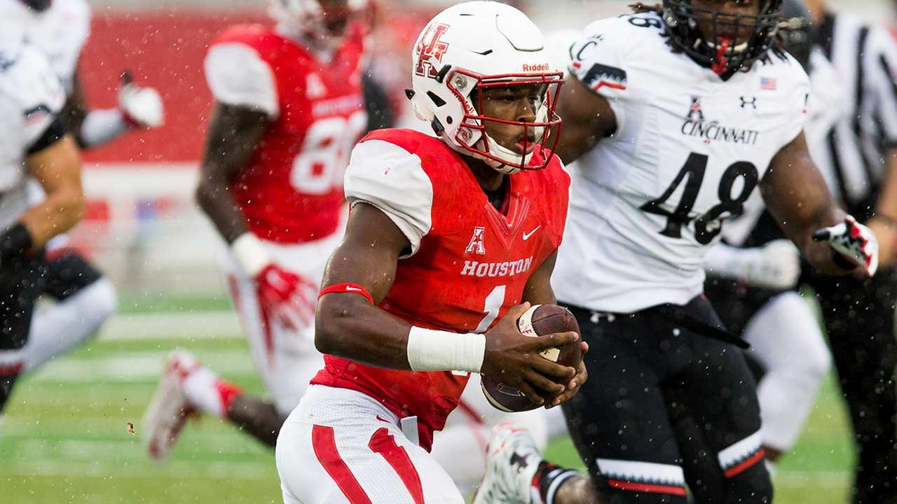 Houston quarterback Greg Ward Jr. (1) runs the ball for yardage during the first half of an NCAA college football game against Cincinnati at TDECU Stadium, Saturday, Nov. 7, 2015.