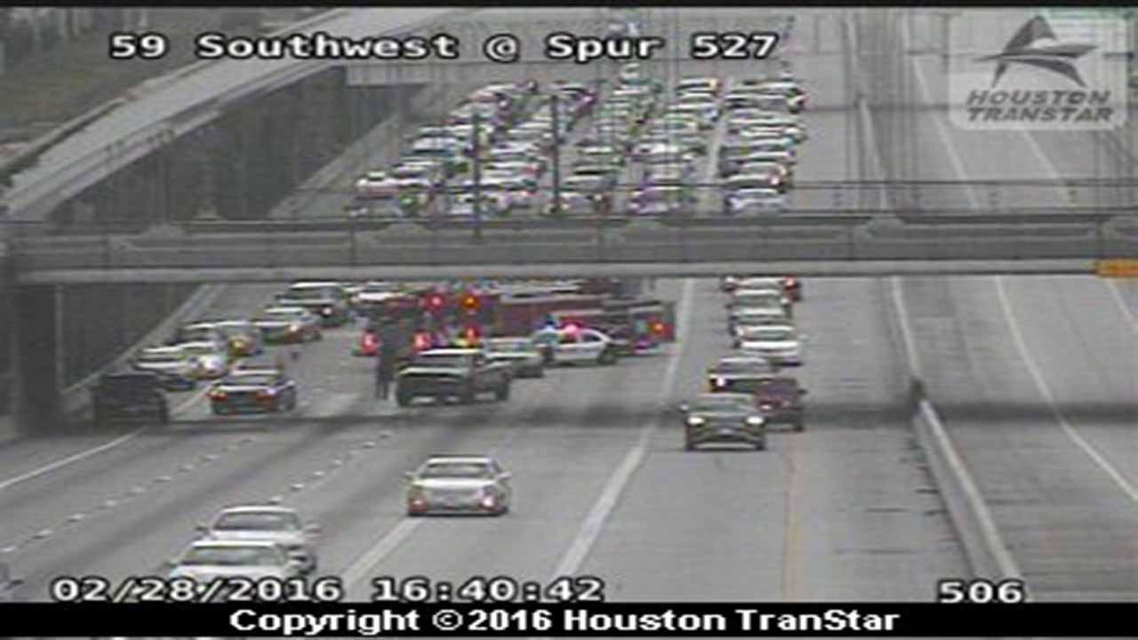 2 vehicle accident shuts down four mainlanes on US-59 at Spur 527