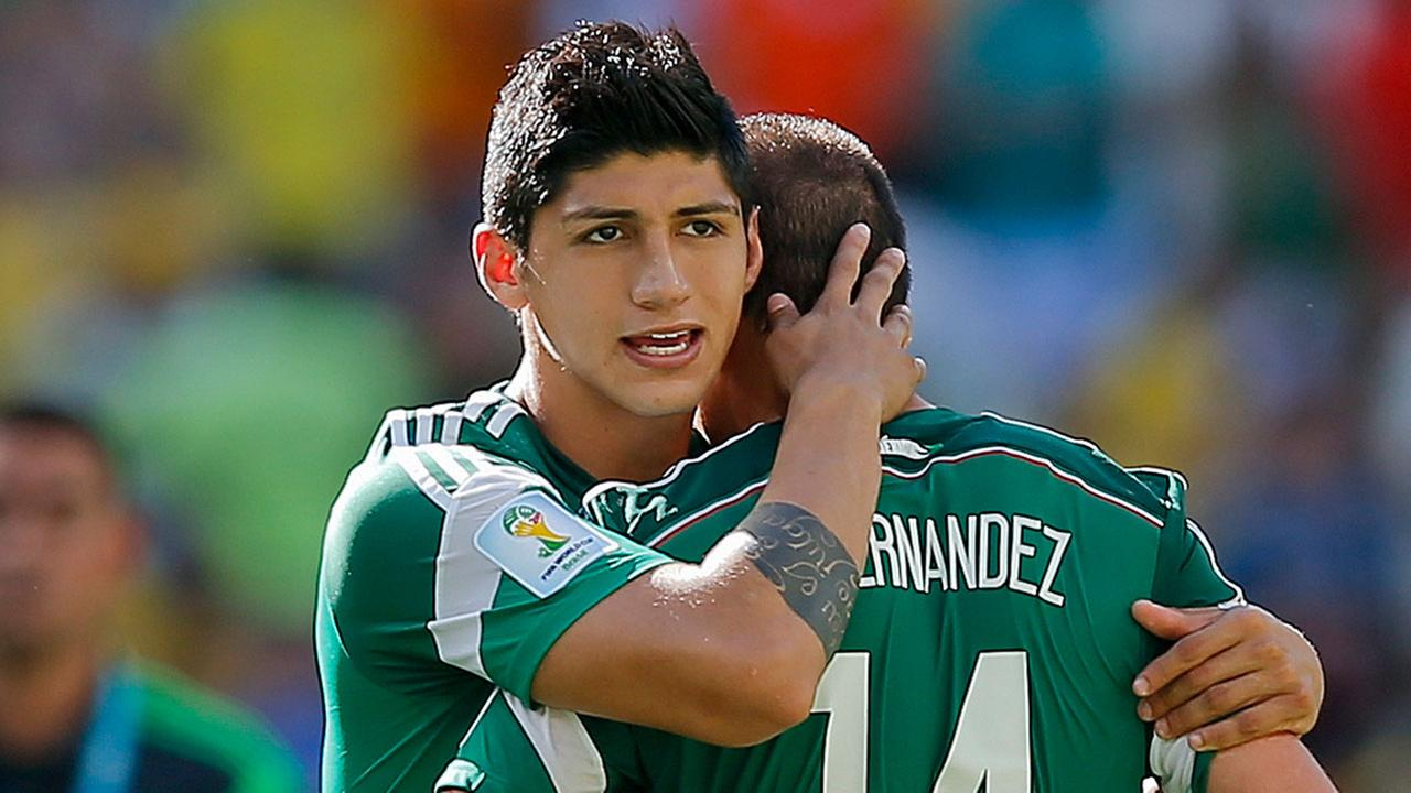 Mexicos Alan Pulido consoles teammate Javier Hernandez (14) after the Netherlands defeated Mexico during the World Cup round of 16 soccer match.
