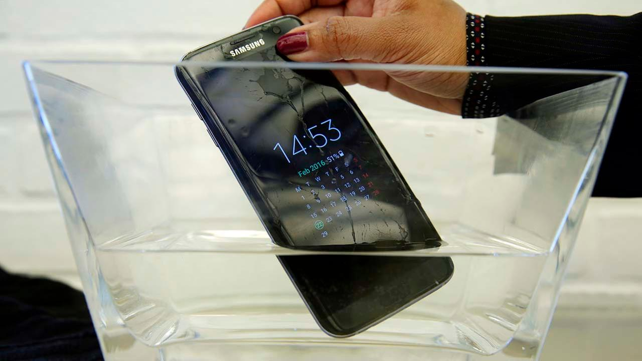 A waterproof Samsung Galaxy S7 Edge mobile phone is submersed in water